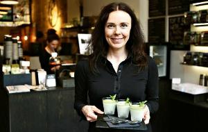 Suomalaisyrittäjä näyttää briteille, kuinka teetä juodaan